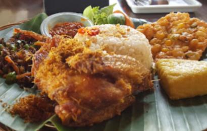 Menyantap Masakan Sunda dengan Suasana Adem di Resto Leuit Ageung